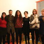 Група сторітелінгу: 5 дівчат та один хлопець. Дівчина в окулярах тримає в руках талісман проекту - створіння, схоже на козу.